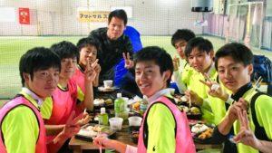 浜松東高校サッカー部食事中の1コマ